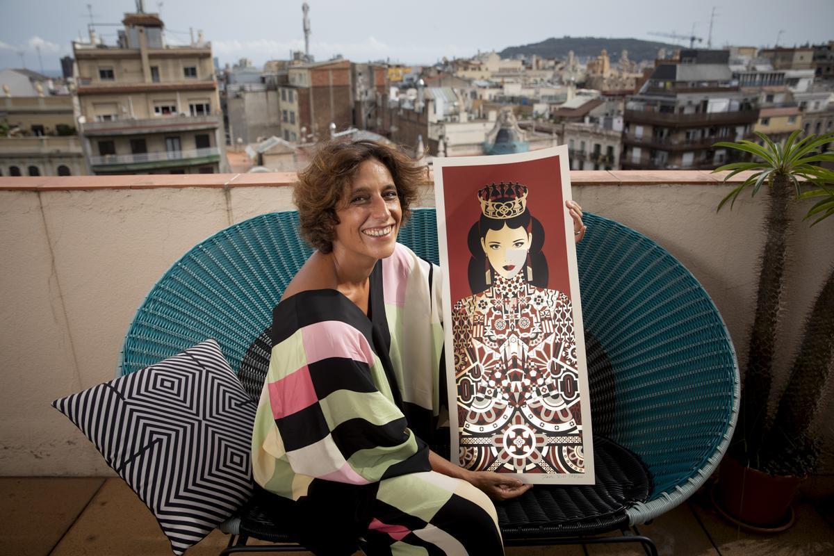 Malika Favre sujeta uno de los originales del cartel de La Mercè, la semana pasada en Barcelona.