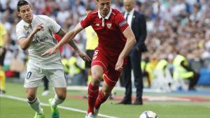 James lucha con Lenglet por un balón en el encuentro de esta tarde en el Bernabéu.