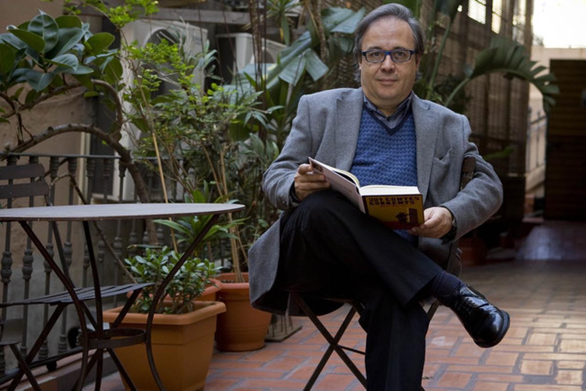 Joan Barril, en la presentación de lu libro '201 contes corrents' en la librerñia Laie de Barcelona, en noviembre del 2009.