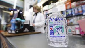 Una botella de gel desinfectante a la venta en una droguería.
