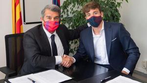 Laporta felicita a Nico González por su renovación con el Barça en las oficinas del Camp Nou.