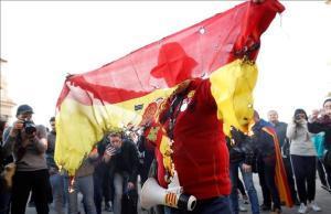 La bandera española quemada, el pasdo 24 de febrero, en una protesta independentista por la presencia del Rey en Barcelona.