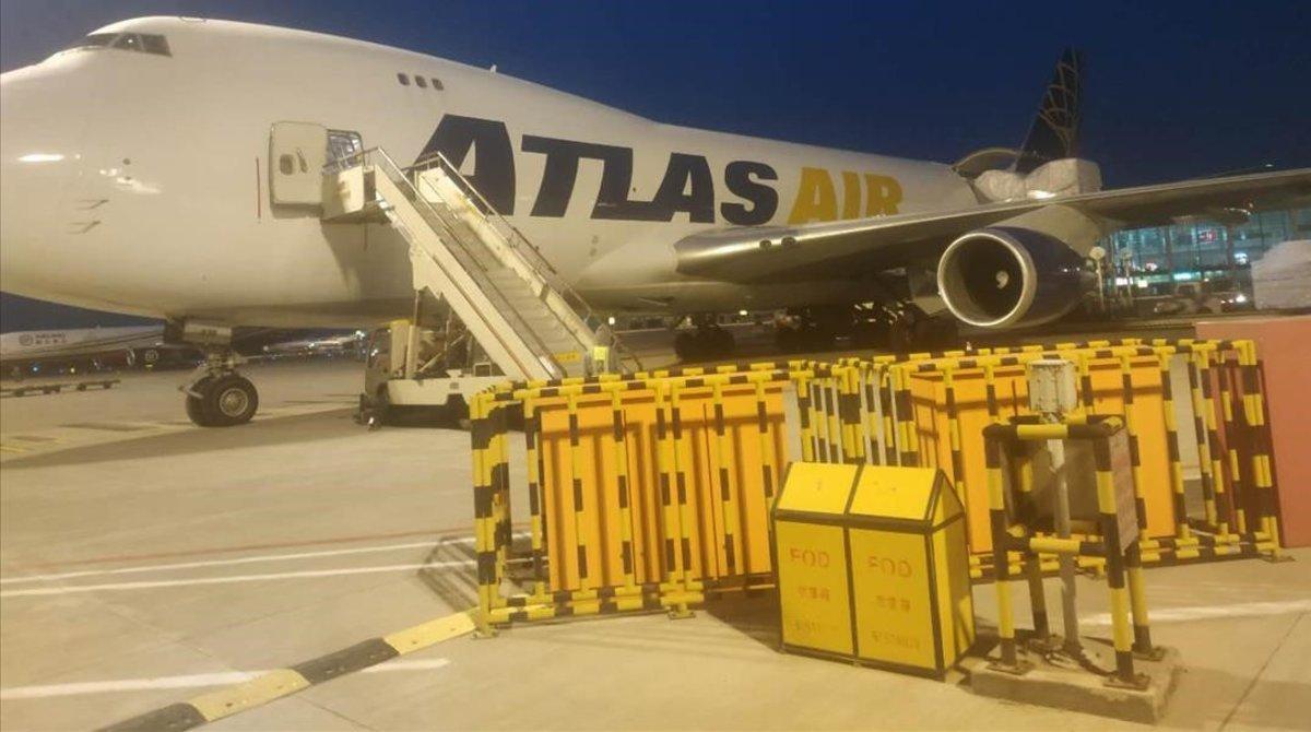 El avión con mascarillas contra el coronavirus para Catalunya, antes de despegar del aeropuerto de Shangai (China).