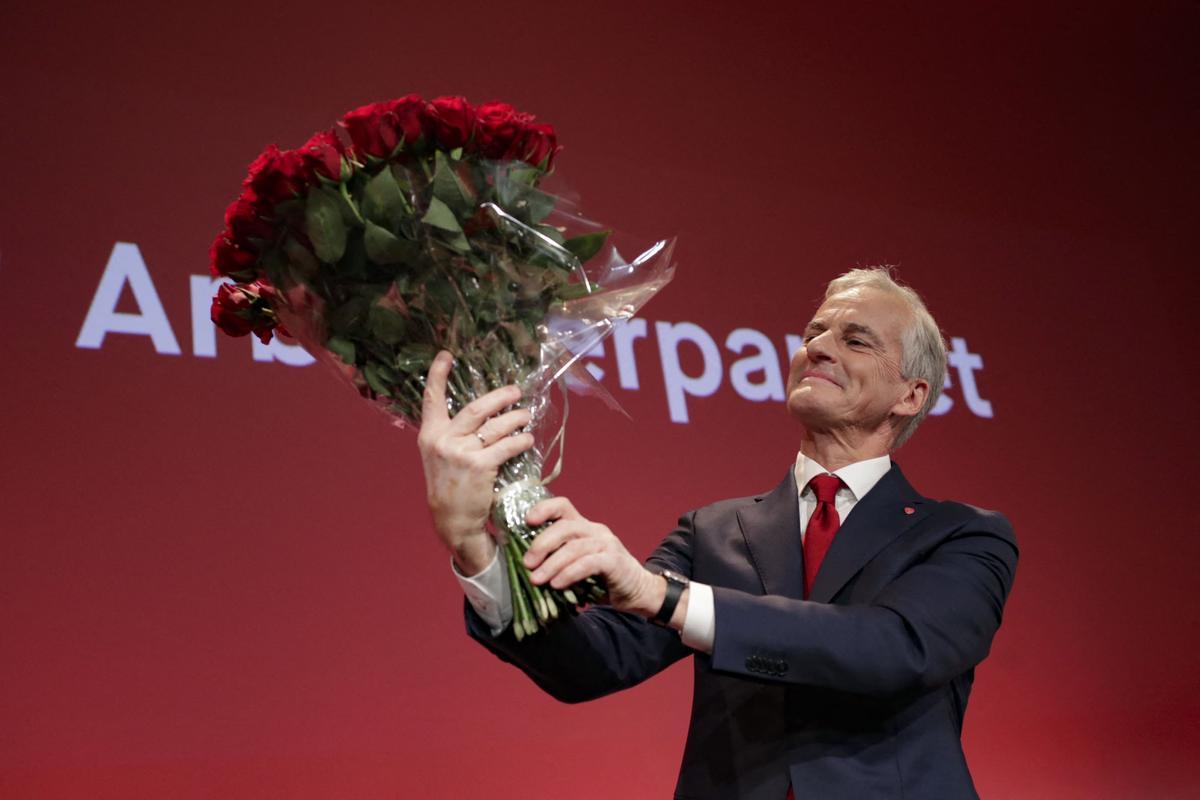 El líder del Partido Laborista de Noruega, Jonas Gahr Store, celebra con un ramo de flores la victoria en las elecciones legislativas celebradas el pasado 13 de septiembre.