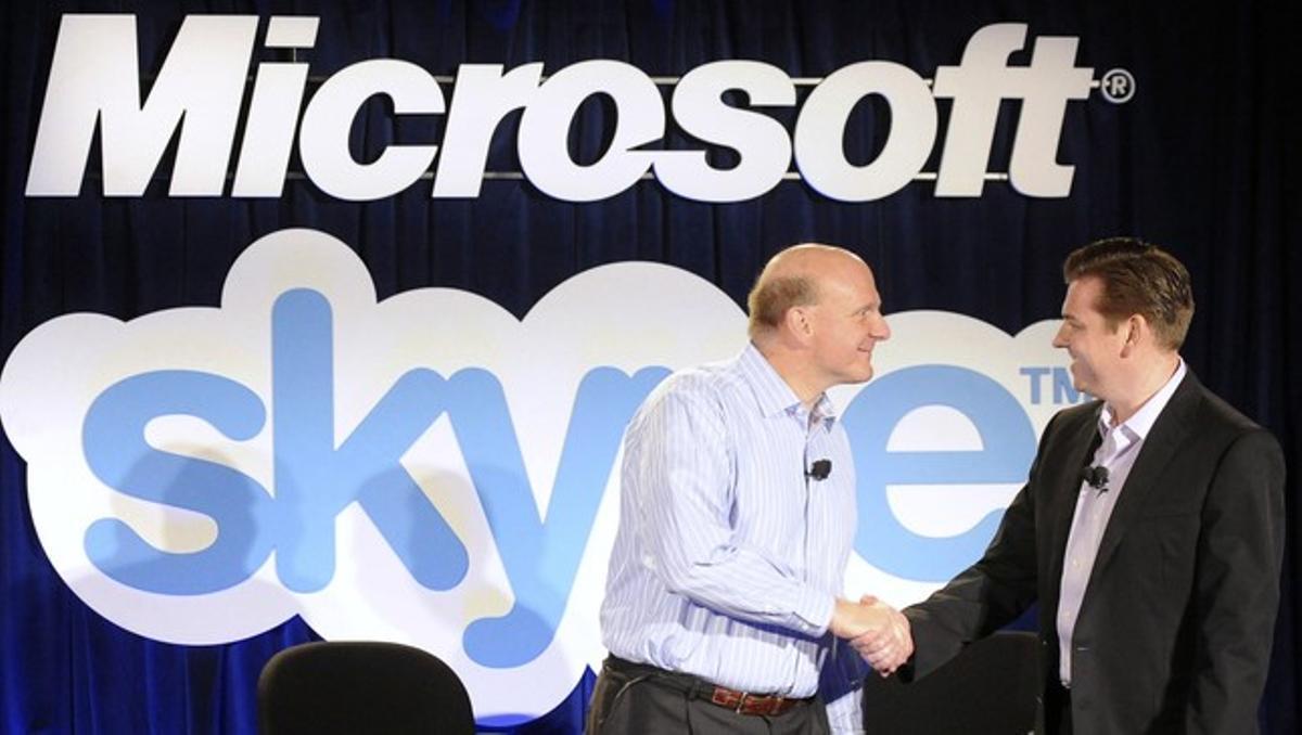 Steve Ballmer, director ejecutivo de Microsoft, y Tony Bates, homólogo de Skype, durante la presentación de los servicios conjuntos en el 2011.