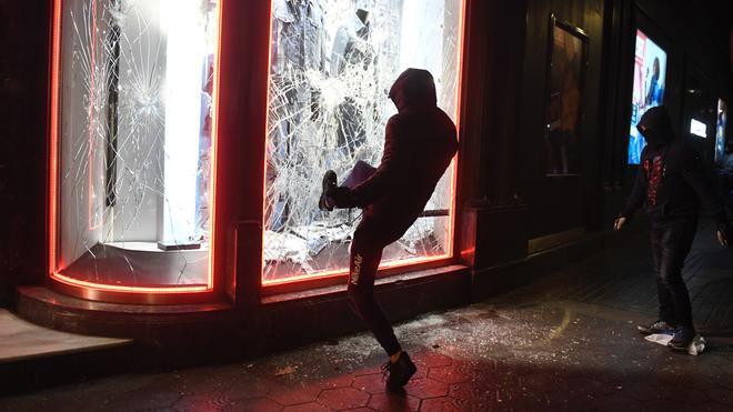 Saqueos y destrozos en otra noche de violencia en Barcelona