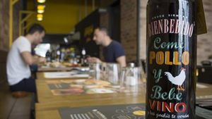 Una de las mesas del restaurante La Parrilla de Pollos Planes.