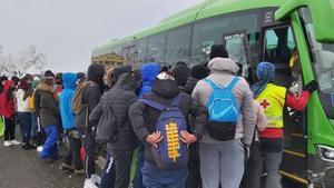 Aglomeraciones para coger el autobús que los evacuara de Navacerrada, en la sierra madrileña.