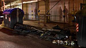 Varios detenidos y quema de contenedores en una protesta negacionista en Bilbao. En la foto, un contenedor quemado.