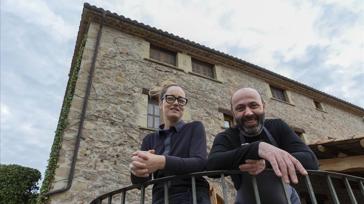 Carolina Calvo y Oriol Rovira, en el exterior de Els Casals.