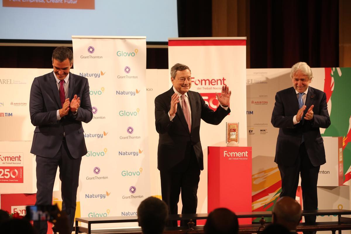 Pedro Sánchez, Mario Draghi y Josep Sánchez Llibre, en el acto 250 aniversario de Foment.
