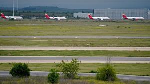 Els aeroports es transformen en pàrquings i tallers d'avions