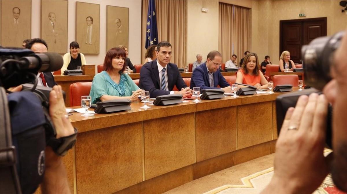 Pedro Sánchez, junto a varios miembros de la dirección socialista, este lunes en el Congreso.