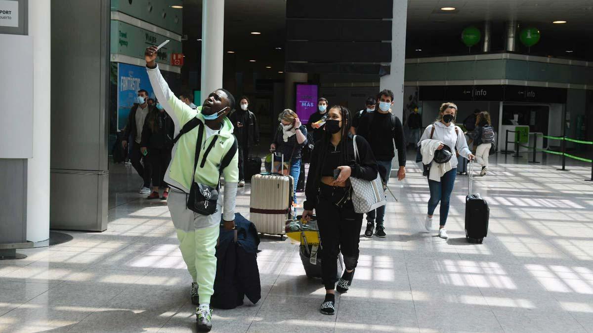 Turistas ingleses a su llegada al aeropuerto de Barcelona-El Prat.