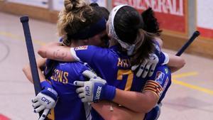 Las jugadoras del Voltregà se abrazan tras un gol.
