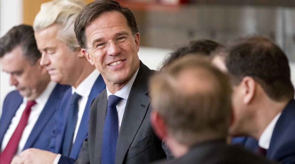 Rutte (sonriente en el centro) y Wilders (segundo izquierda), durante una reunión en La Haya, el 16 de marzo.