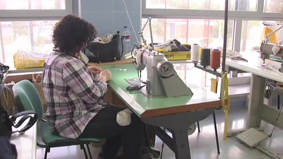 John Galliano escoge un pequeño taller de costura para su nueva colección de ropa interior.