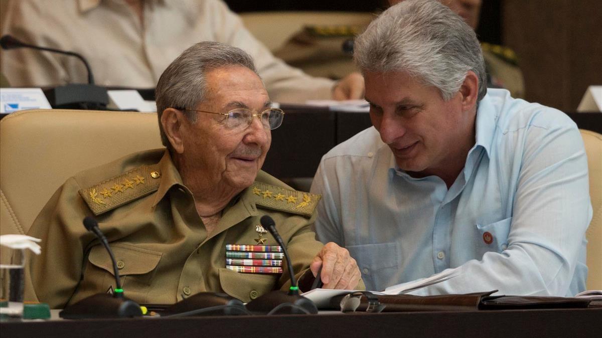 Raúl Castro (izquierda) y Miguel Díaz-Canel, cuando eran presidente y vicepresidente de Cuba, respectivamente, el 8 de julio del 2016, en La Habana.