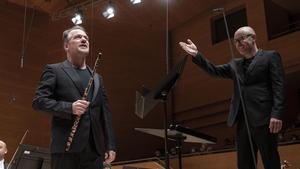 El flautista Emmanuel Pahud con el director Baldur Bronnimann en  L' Auditori de Barcelona.