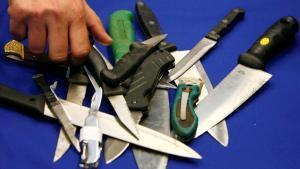 Un representante de la Policía Metropolitana organiza cuchillos incautados en operaciones en Londres