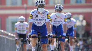 El equipo Deceuninck de Alaphilippe se dirige hacia la salida de la segunda etapa de Niza, este domingo.