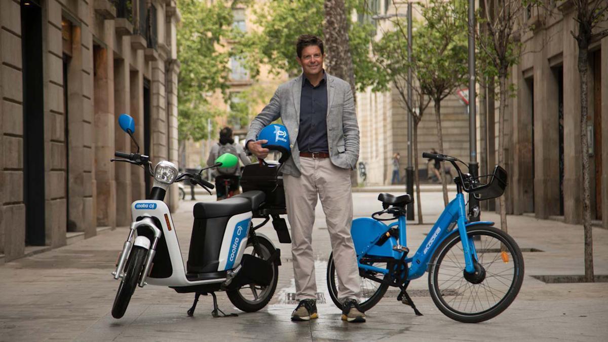 Timo Buetefisch, CEO de Cooltra, con sus bicis y motos de sharing.