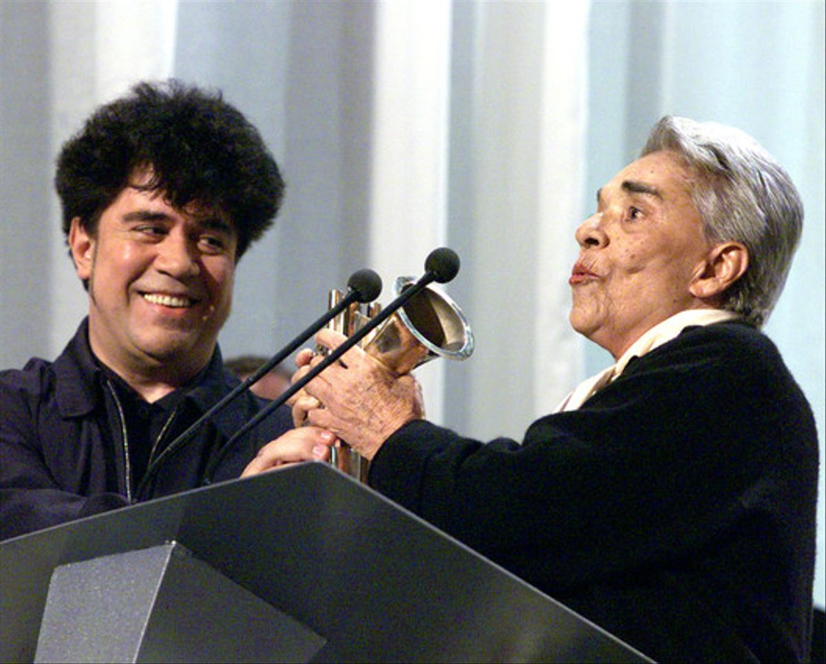 Pedro Almodóvar entrega un premio a Chavela Vargas, en abril de 1999.