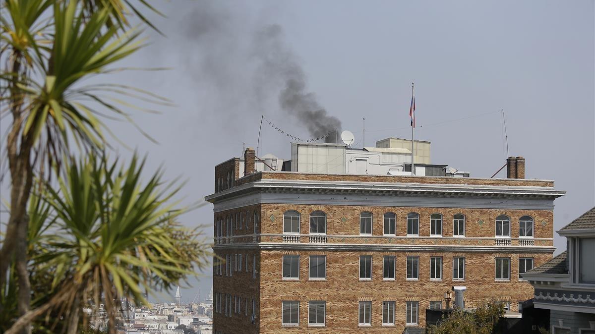 Vista del humo negro saliendo de la chimenea del consulado ruso en San Francisco.