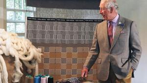 El príncipe Carlos diseña bufandas para una empresa.