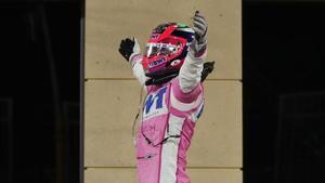 Sergio Pérez celebra su victoria en Sakhir.