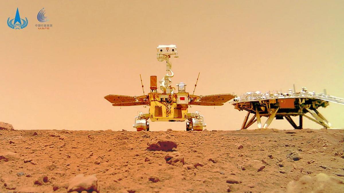 China publica varias imágenes en color de la superficie de Marte. En la foto, el rover Zhurong junto a la plataforma de aterrizaje, en suelo marciano.