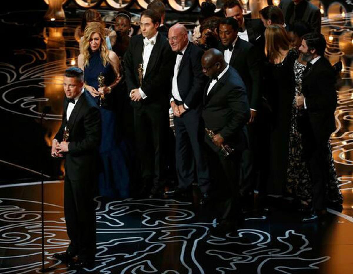 El equipo de '12 años de esclavitud' recoge el Oscar a mejor película.