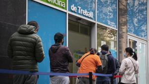 Cola delante de una de las oficinas de Treball de la Generalitat.