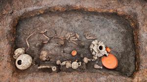 Hallazgo en las excavaciones del aeropuerto aeropuerto francés de Clermont-Ferrand de una tumba de un niño de principios del siglo I d.C.