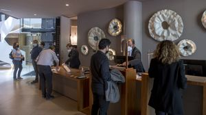 Recepción del Hotel Condes de Barcelona en paseo de Gràcia con Mallorca, que ha vuelto a abrir este 26 de mayo.