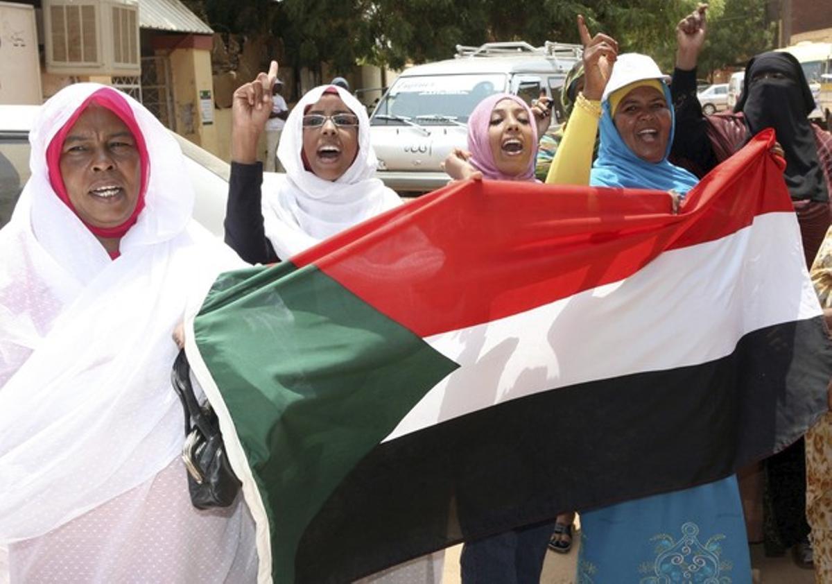 Mujeres sudanís celebran con banderas del país la separación de Sudán del Sur del norte en Jartum.