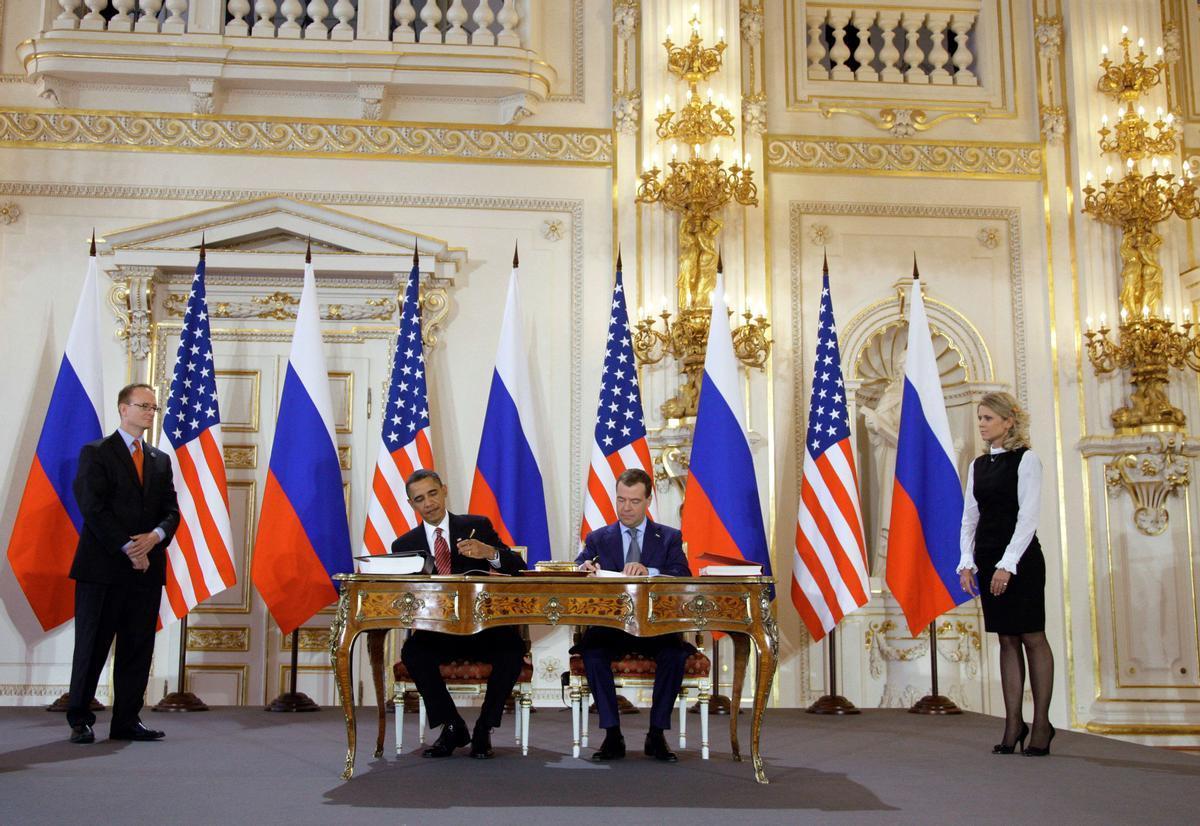 El 8 de abril de 2010, los presidentes de Estados Unidos, Barack Obama, y el de Rusia, Dimitry Medvedev, firman en Praga el tratado de desarme nuclear.
