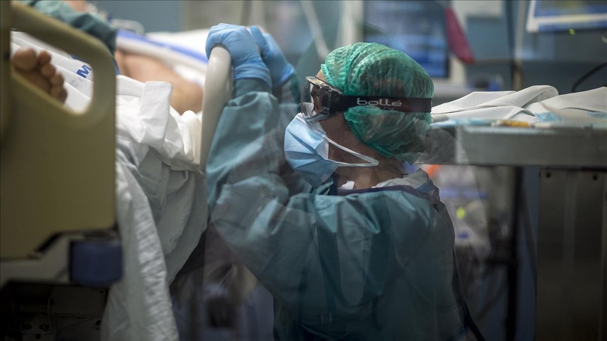 Una sanitaria en la 'uci covid' del Hospital del Mar de Barcelona, el 8 de enero.