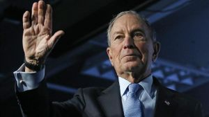 El candidato presidencial demócrata y exalcalde de la ciudad de Nueva York, Mike Bloomberg, saluda en un acto de campaña en Salt Lake City (Utah), el jueves
