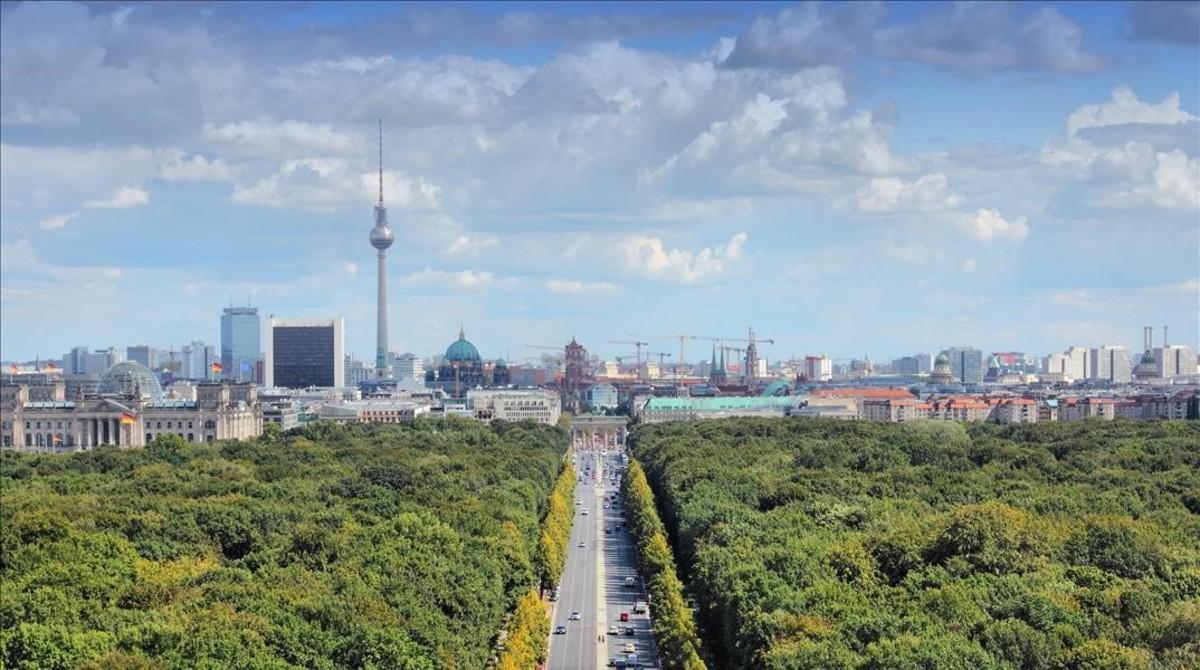 Vista del Tiergarten de Berlín, con la torre de comunicaciones al fondo.