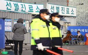 Policías de Corea del Sur resguardan unhospital dela ciudad deDaegu por el coronavirus.