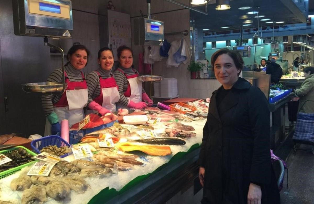 Ada Colau, en el Mercat de la Concepció, en Barcelona, este sábado.