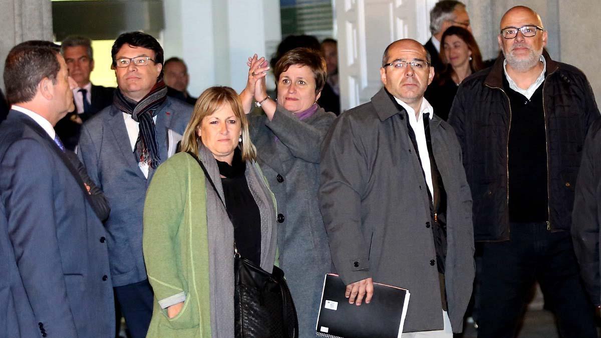 El magistrado impone una fianza de 25.000 euros a los otros cuatro imputados.
