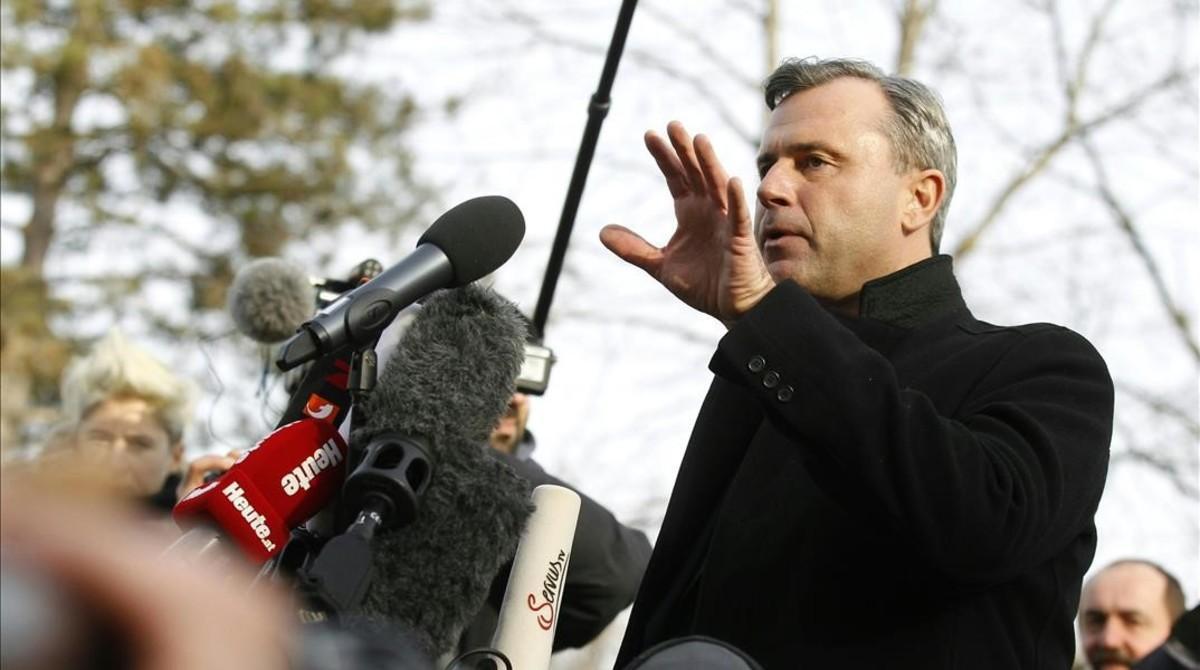 El candidato ultra Norbert Hofer tras despositar su voto.
