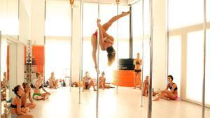 Una profesora enseña una piruetaen Pole Dance Factory.