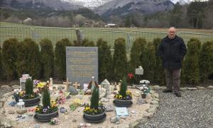 Narcís Motgé, este jueves, junto al monolito en memoria de las víctimas del Germanwings levantado en la localidad francesa de Le Vernet.
