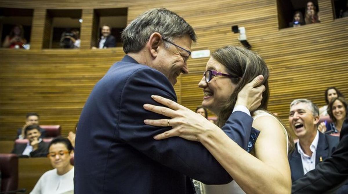 Ximo Puig y Mònica Oltra se dan un abrazo, este jueves, antes de la constitución de las Corts valencianas.