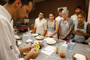 Uno de los profesores de Sabores taller de cocina alecciona a sus alumnos durante una sesión.