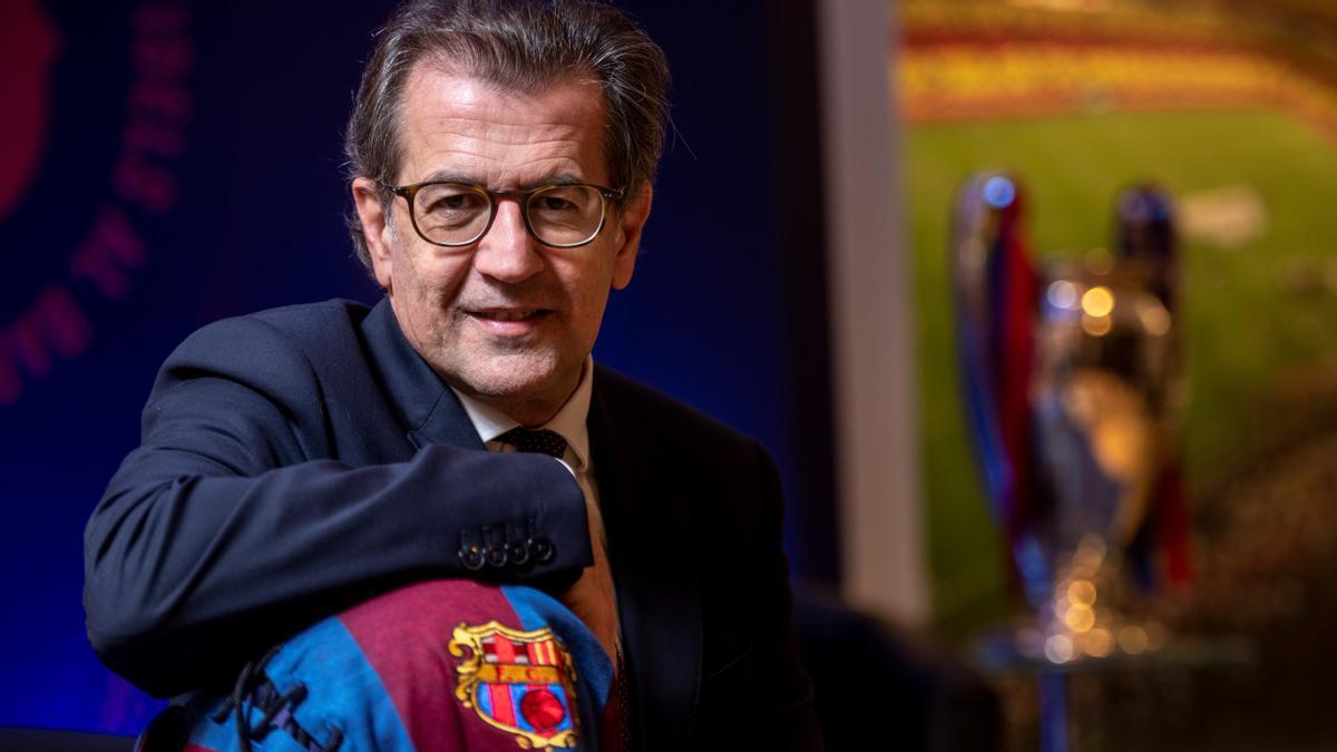 Toni Freixa, con la Copa de Europa de fondo, tras el encuentro con El Periódico.