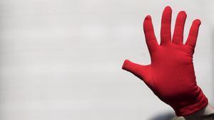 Protesta en Pamplona exhibiendo manos rojas, símbolo contra las agresiones sexuales.